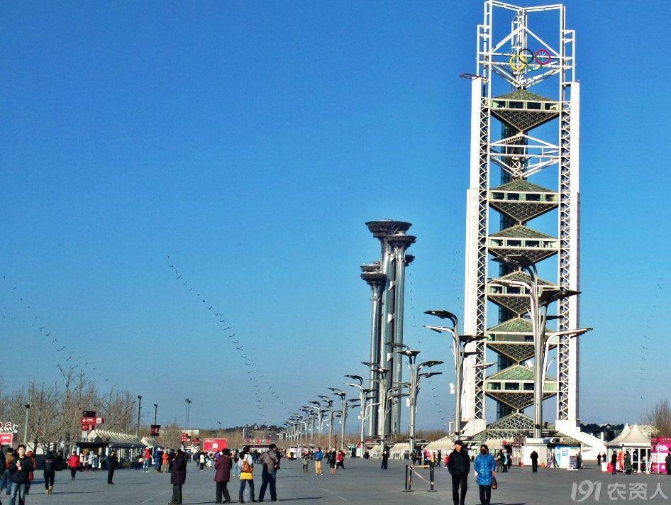 北京奥林匹克公园瞭望塔,位于奥林匹克森林公园中心区的东北部,西侧与中轴景观大道相接,由五个高低不等、错落有致的独立塔构成;五个塔的地下三层为整体连接;其中一号塔最高为244.35米,其他四个塔的标高依次降低,五号塔最低为186米。五个塔之间在140米以下,分别设有统一的三个不同高度的疏散连接层;在170米以上高处,一号塔与其他四个塔分别有六个连接通道,最高连接处在222米处,是一号塔与二号塔的通道。五个塔都有独立的电梯,并且准备设计旋转餐厅。观众在旋转餐厅内能够俯瞰数公里的湖光山色,将景色一收眼底。作为北