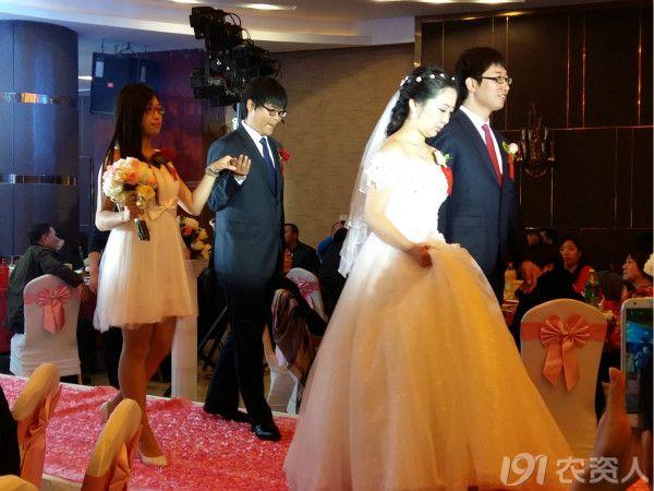在辽宁新郎新娘 伴郎伴娘 双方父母带的胸花一般是真花还是绢花呢图片