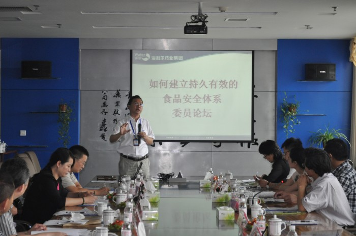 专刊中心主任刘国梁,青岛灯塔酿造有限公司总经理蔡晓丹,青岛洁身投资